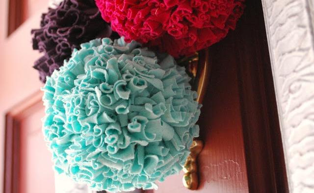 DIY Décoration mariage :  Pompons en tissu