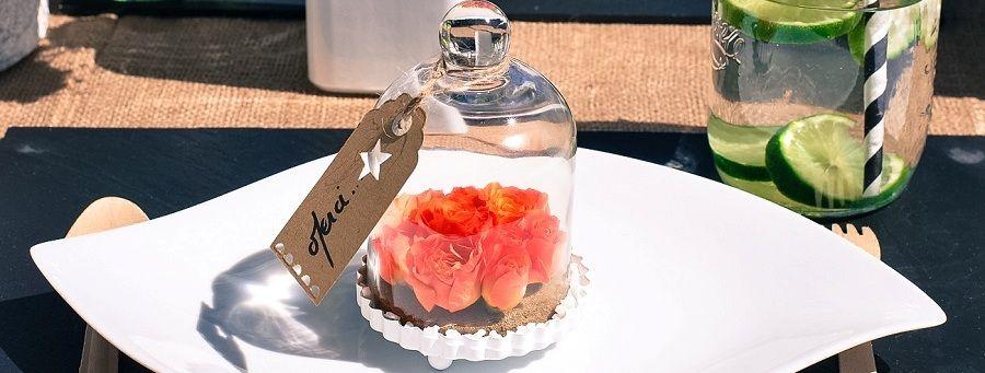 Décoration mariage originale : des fleurs sous cloche