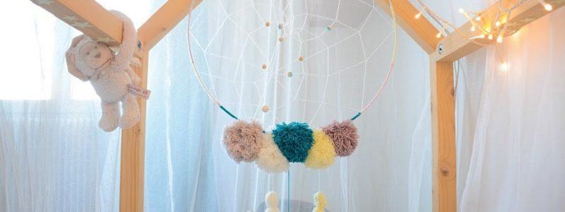 DIY Une attrape rêves en laine pour la chambre de bébé