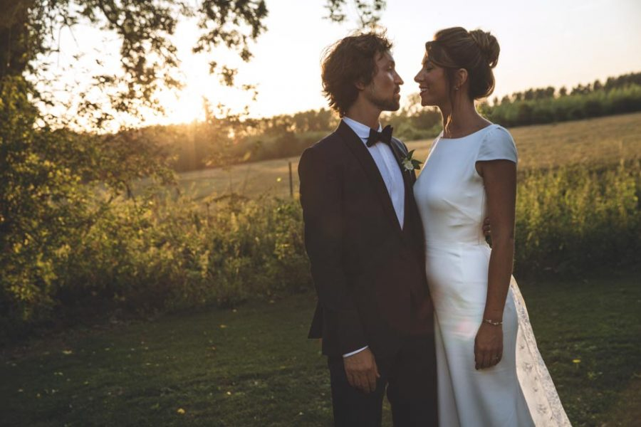 couple mariage simple champs